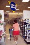 Una mujer hace compras en una tienda fotografía de archivo