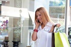 Una mujer hace una compra Foto de archivo libre de regalías