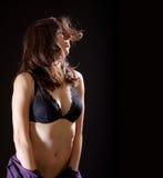 Una mujer hermosa, atractiva que quita su alineada. Fotografía de archivo