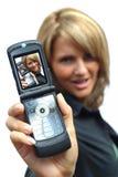Una mujer hermosa con el teléfono Fotografía de archivo