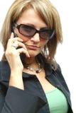 Una mujer hermosa con el teléfono Fotos de archivo libres de regalías