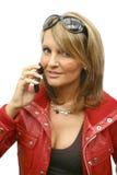 Una mujer hermosa con el teléfono Foto de archivo