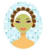 Una mujer hermosa con los bigudíes de pelo