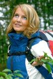 Una mujer hermosa del senderismo Foto de archivo libre de regalías