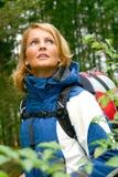 Una mujer hermosa del senderismo Fotografía de archivo libre de regalías