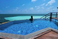 Una mujer hermosa en los Maldivas imagen de archivo libre de regalías