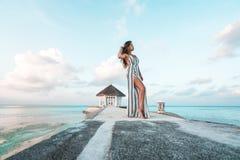 Una mujer hermosa en los Maldivas foto de archivo libre de regalías