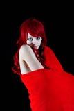 Una mujer hermosa envuelta en una manta roja Imagen de archivo libre de regalías