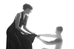 Una mujer hermosa está luchando con una hombre-sombra Fotografía de archivo libre de regalías