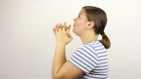 Una mujer hermosa joven ruega, pidiendo a dios ayuda almacen de video