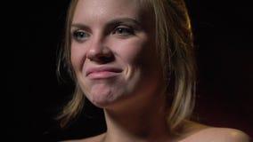 Una mujer hermosa se coloca desnuda y expresa la emoción fresca, frunciendo su labio metrajes