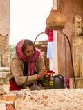Una mujer hindú que adora Shiva Imágenes de archivo libres de regalías