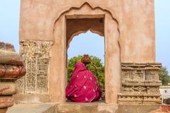 Una mujer hindú que adora Shiva Imagen de archivo libre de regalías