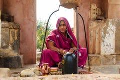 Una mujer hindú que adora Shiva Imagen de archivo