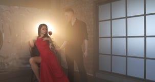 Una mujer inaccesible toma una rosa roja de un hombre rico metrajes