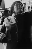 Una mujer inmigrante fuera de la estación de tren en Jackson Heights Imagen de archivo
