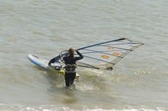 Una mujer a ir windsurf Imagenes de archivo
