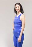 Una mujer joven, colocación sonriente, nadador del traje de baño Imágenes de archivo libres de regalías