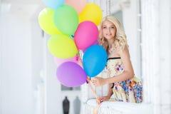 Una mujer joven con el látex colorido grande hincha Foto de archivo libre de regalías