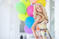 Una mujer joven con el látex colorido grande hincha Imagen de archivo