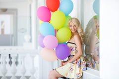 Una mujer joven con el látex colorido grande hincha Fotografía de archivo libre de regalías