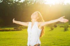 Una mujer joven con los brazos outstretched Imágenes de archivo libres de regalías