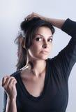 Una mujer joven con un cepillo del maquillaje Fotografía de archivo