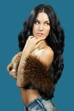 Una mujer joven con un chaleco de la piel Fotografía de archivo libre de regalías