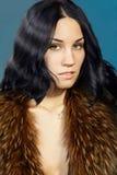 Una mujer joven con un chaleco de la piel Fotos de archivo