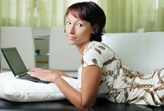 Una mujer joven con un cuaderno Imagen de archivo libre de regalías