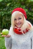 Mujer con la manzana. vitaminas en otoño Imagen de archivo libre de regalías