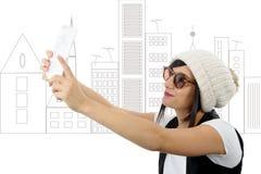 Una mujer joven con una tableta hace un selfie Fotos de archivo libres de regalías