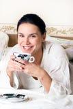 Una mujer joven con una taza de café Fotos de archivo libres de regalías