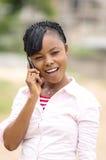 Una mujer joven de la comunicación en la calle Foto de archivo libre de regalías