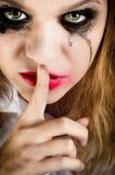Una mujer joven de mirada asustadiza Imagen de archivo