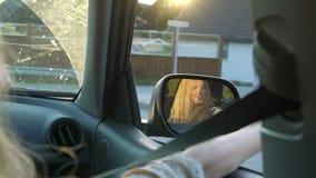 Una mujer joven del pelirrojo goza el viajar en un coche almacen de video