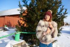 Una mujer joven en capa caliente fotografía de archivo libre de regalías