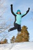 Una mujer joven en el salto del invierno Imagen de archivo