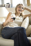 Una mujer joven en el sofá Fotografía de archivo libre de regalías