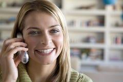 Una mujer joven en el teléfono Imagen de archivo libre de regalías