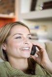 Una mujer joven en el teléfono Fotos de archivo libres de regalías