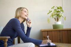 Una mujer joven en el teléfono Imagen de archivo