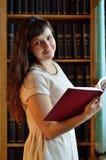 Una mujer joven en la biblioteca imágenes de archivo libres de regalías