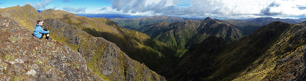 Una mujer joven en la opinión de mirada superior de la montaña en Fotografía de archivo libre de regalías