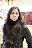 Una mujer joven en un abrigo de pieles fotografía de archivo libre de regalías