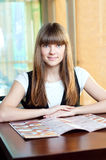 Una mujer joven en un café Fotografía de archivo libre de regalías