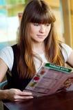 Una mujer joven en un café Fotografía de archivo
