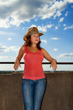 Una mujer joven en un sombrero en el balcón Foto de archivo
