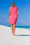 Una mujer joven en una playa tropical Foto de archivo libre de regalías