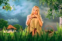 Una mujer joven encantadora con una guirnalda en su cabeza Fotografía de archivo